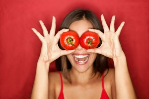 women-with-tomatoes